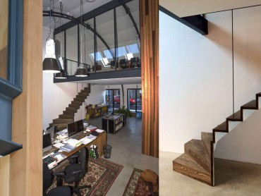 Industrieel-design-met-warme-materialisering-in-renovatie-fabriekshal-tot-kantoor-loft-Design-trap-in-hout-met-staalconstructie-Deventer-Tijmen Bos Architecten©